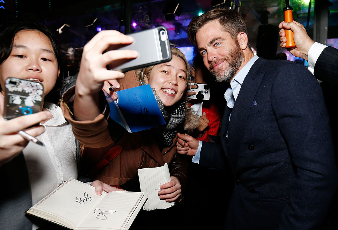 Chris Pine stops for a selfie with an Australian fan